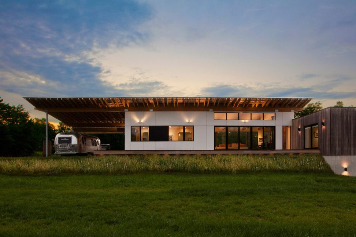Energy Efficient Modern Home Extends Roof To Shelter An ..